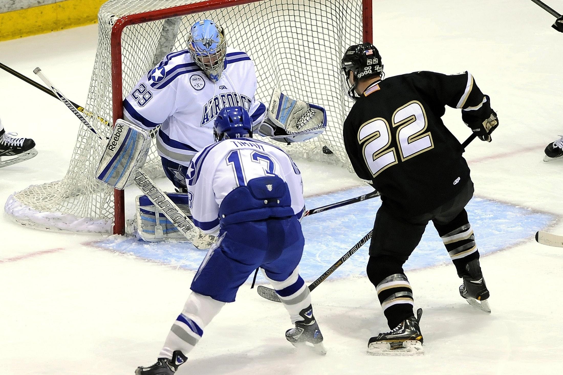 Grabbar som spelar ishockey