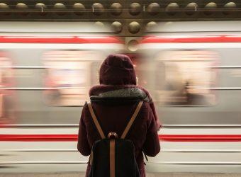 Kvinna på en tågperrong